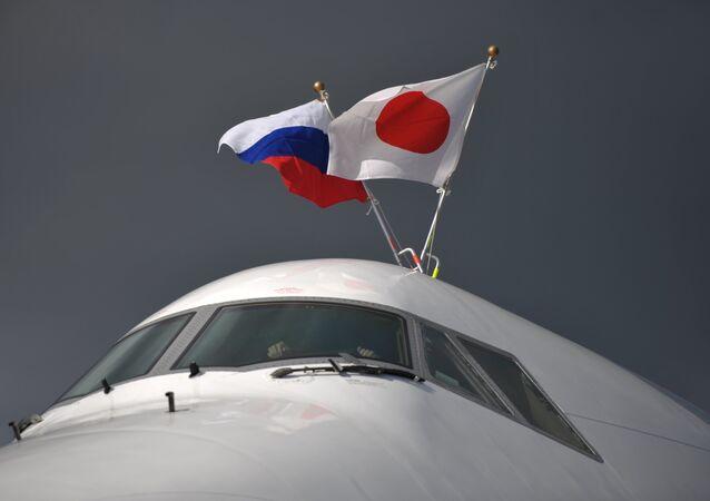 O avião do primeiro-ministro do Japão Shinzo Abe no aeroporto de Pulkovo, São Petersburgo