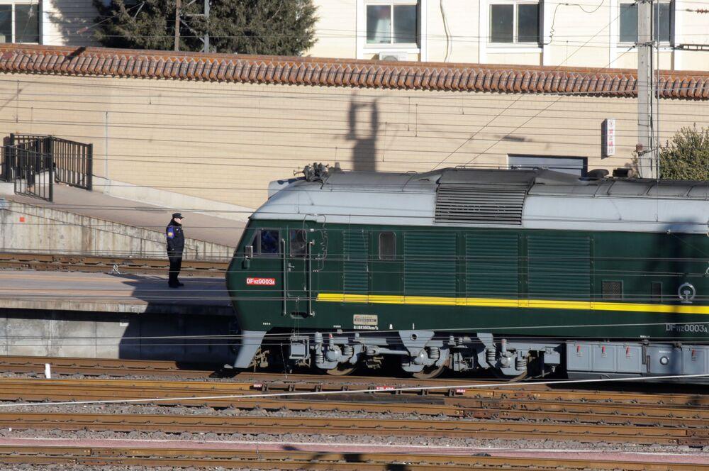 Trem, que possivelmente estava transportando o líder norte-coreano, Kim Jong-un, em uma estação em Pequim