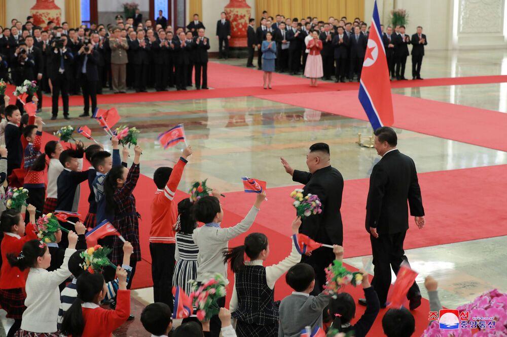 Líder norte-coreano, Kim Jong-un, e o presidente chinês, Xi Jinping, durante encontro em Pequim
