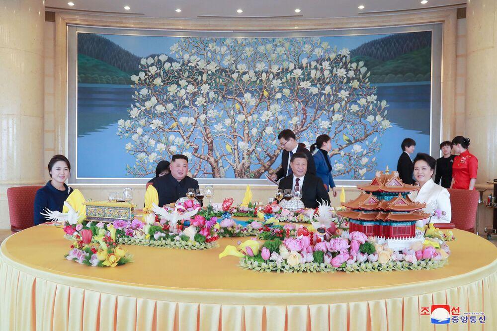 Presidente chinês, Xi Jinping, e líder norte-coreano, Kim Jong-un, com esposas, durante encontro em Pequim, na China