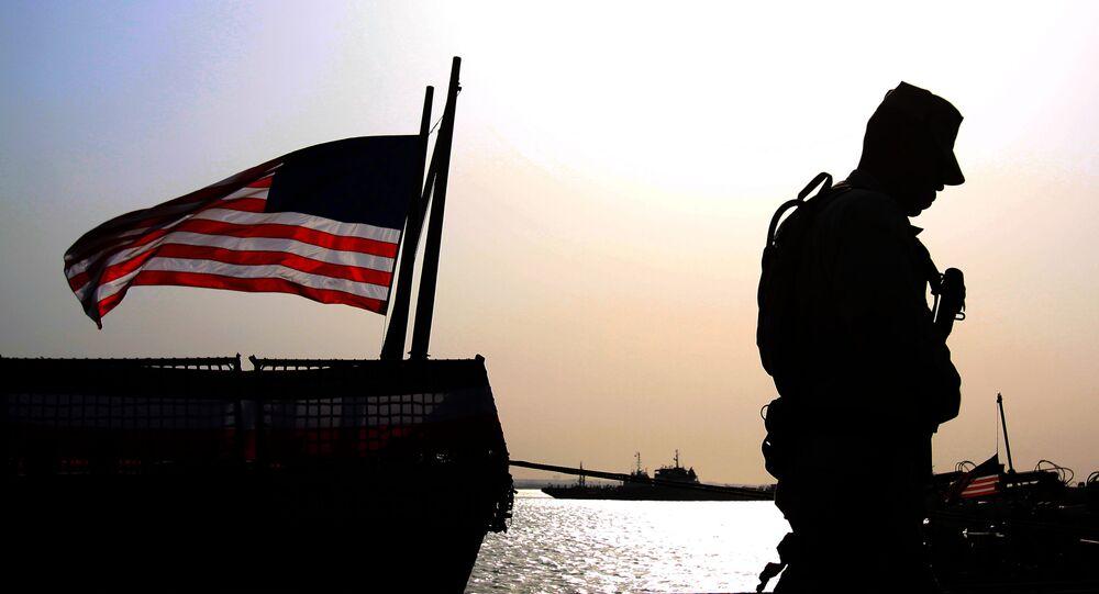 Soldado americano junto à bandeira dos EUA (arquivo)