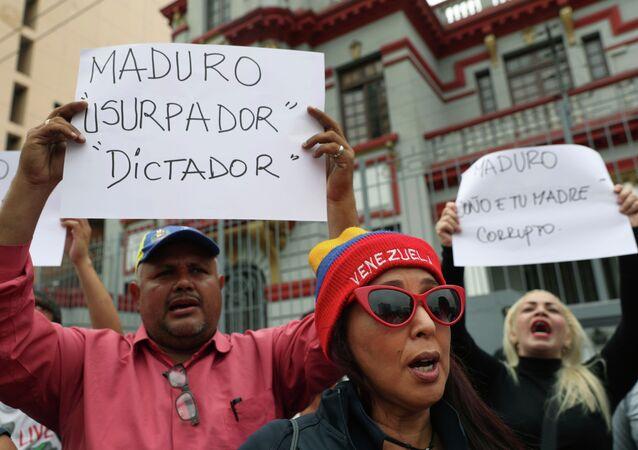 Em frente à embaixada da Venezuela, em Lima, no Peru, um grupo de venezuelanos protesta contra posse do presidente da Venezuela, Nicolás Maduro.