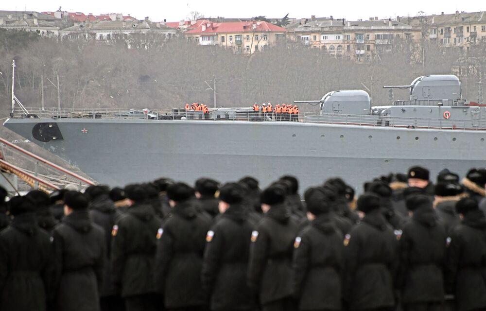 Grande navio antissubmarino Severomorsk da Frota do Norte durante chegada ao porto de Sevastopol após longo período de viagem