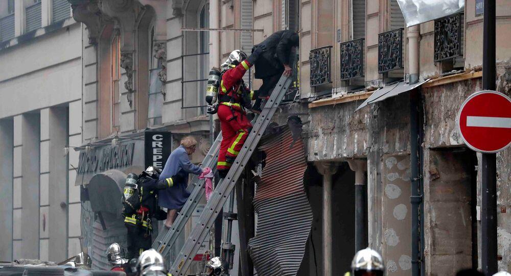 Bombeiros trabalham no local da explosão em uma padaria parisiense, 12 de janeiro