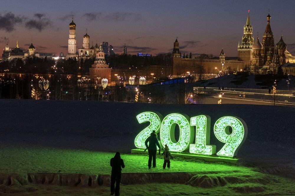 Visitantes do parque Zaryadye em Moscou, Rússia