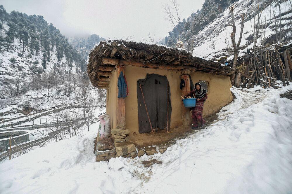 Uma mulher de Srinagar, estado de Jammu e Caxemira, na Índia
