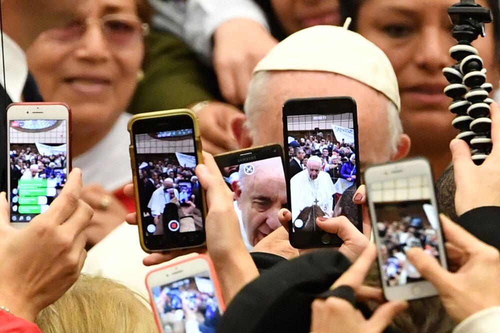 Fiéis fazem fotos com Papa Francisco, Vaticano