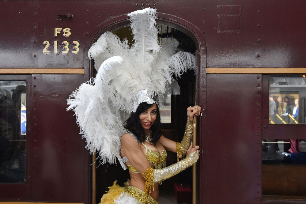 Uma fã do cantor Elvis Presley antes de embarcar em um trem para um festival dedicado a Elvis Presley