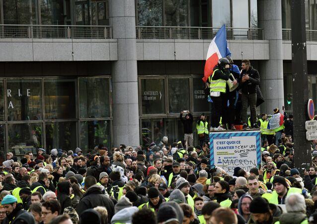 Coletes amarelos em Paris, no sábado (12).