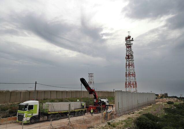 Trabalhadores constroem muro ao longo da fronteira israelense com o Líbano, na cidade costeira de Naqoura, sul do Líbano, 8 de fevereiro de 2018