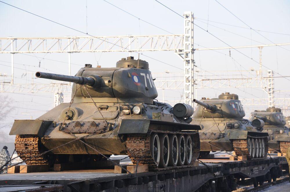 Trem de carga transporta tanques russos T-34 para a cidade russa de Chita