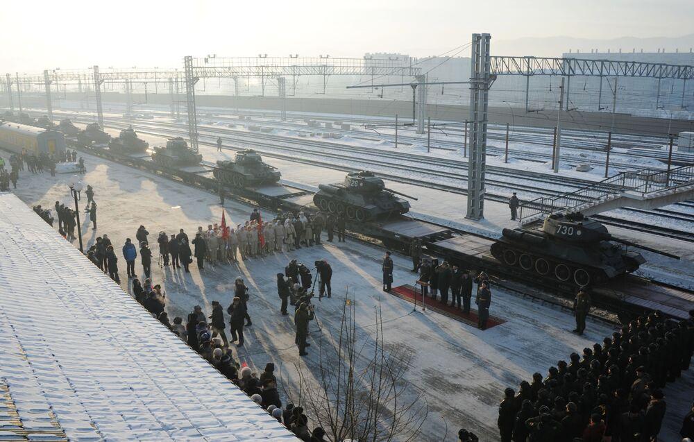 Vista aérea da chegada dos tanques T-34 à cidade russa de Chita