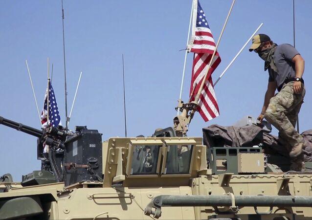 Soldado americano em um veículo blindado