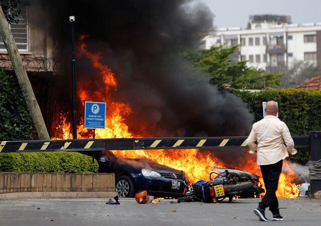 Carros atingidos por chamas perto do hotel onde ocorreu explosão e tiroteio, Nairóbi, Quênia