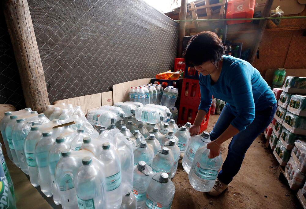 As pessoas têm possibilidade de usar água engarrafada, mas os peixes não. Ao perder sua fonte principal de água, eles morreram
