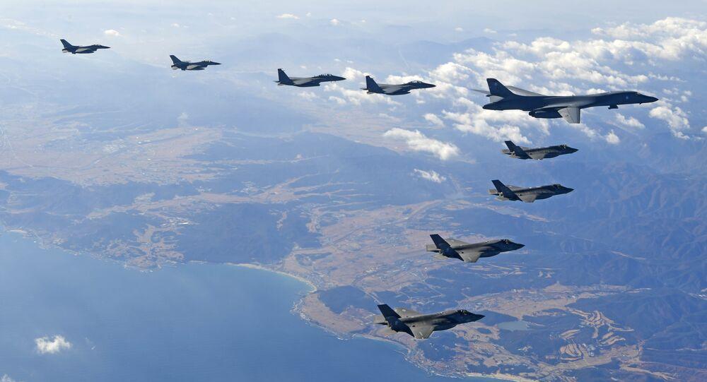Bombardeiro B-1B da Força Aérea dos EUA sobrevoa a Península da Coreia com jatos de combate sul-coreanos  durante exercício aéreo combinado.