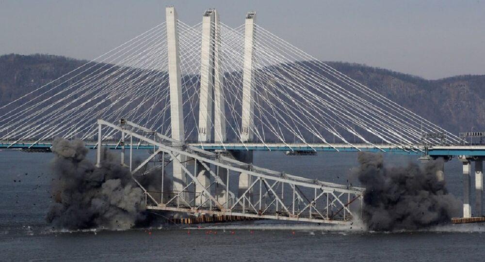 Momento exato em que famosa ponte de Nova York é destruída em explosão