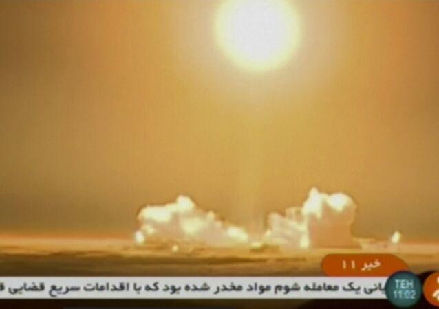Foguete transportando o satélite iraniano Payam é lançado no Centro Espacial Imam Khomeini, uma instalação sob o controle do Ministério da Defesa do país, na província de Semnan, Irã. De acordo com o ministro das Telecomunicações, Mohammad Javad Azari Jahromi, o foguete não conseguiu atingir a velocidade necessária na terceira etapa de seu lançamento.