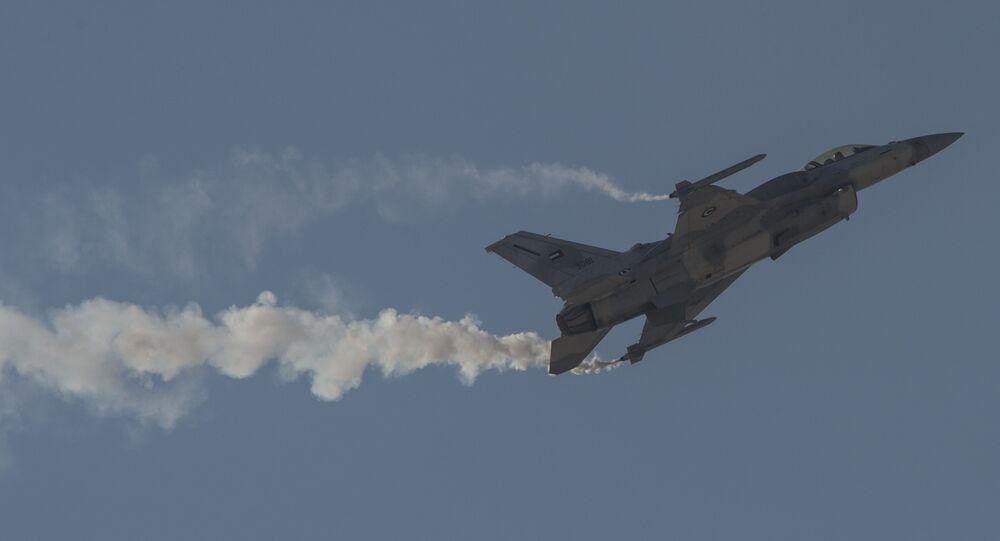 Um F-16 Desert Falcon dos Emirados Árabes Unidos faz manobras no Bahrain International Airshow em 2016.