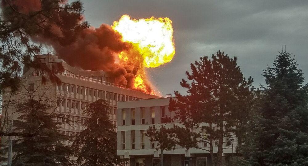 Foto tirada em Villeurbanne, perto da cidade francesa de Lyon, mostra a explosão em um telhado do campus da Universidade de Lyon, em 17 de janeiro de 2019