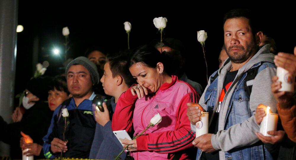 Uma vigília à luz de velas para honrar as vitimas da explosão do carro-bomba, em Bogotá, Colômbia