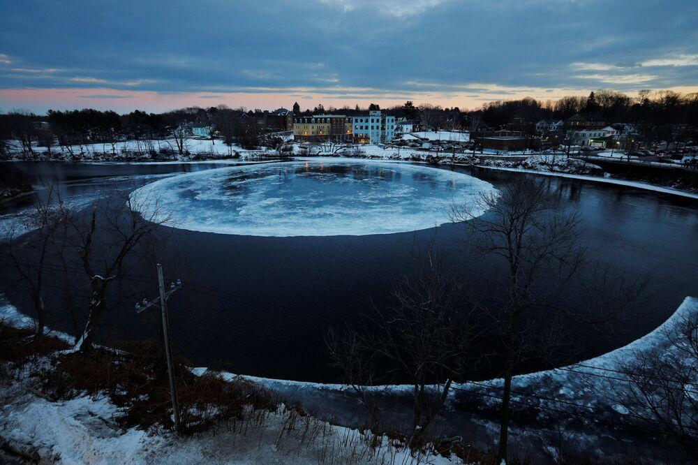 Bloco de gelo em forma de disco que se formou no rio Presumpscot na cidade de Westbrook, EUA