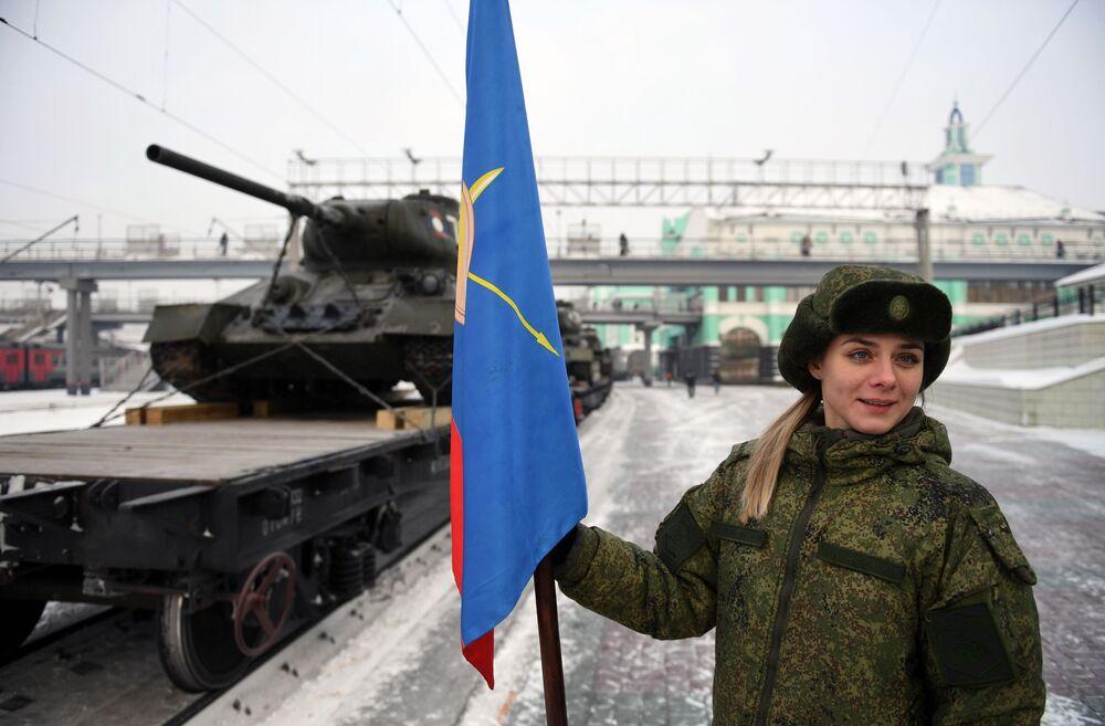 Militar russa perto de trem com tanques T-34 em Novossibirsk, Rússia