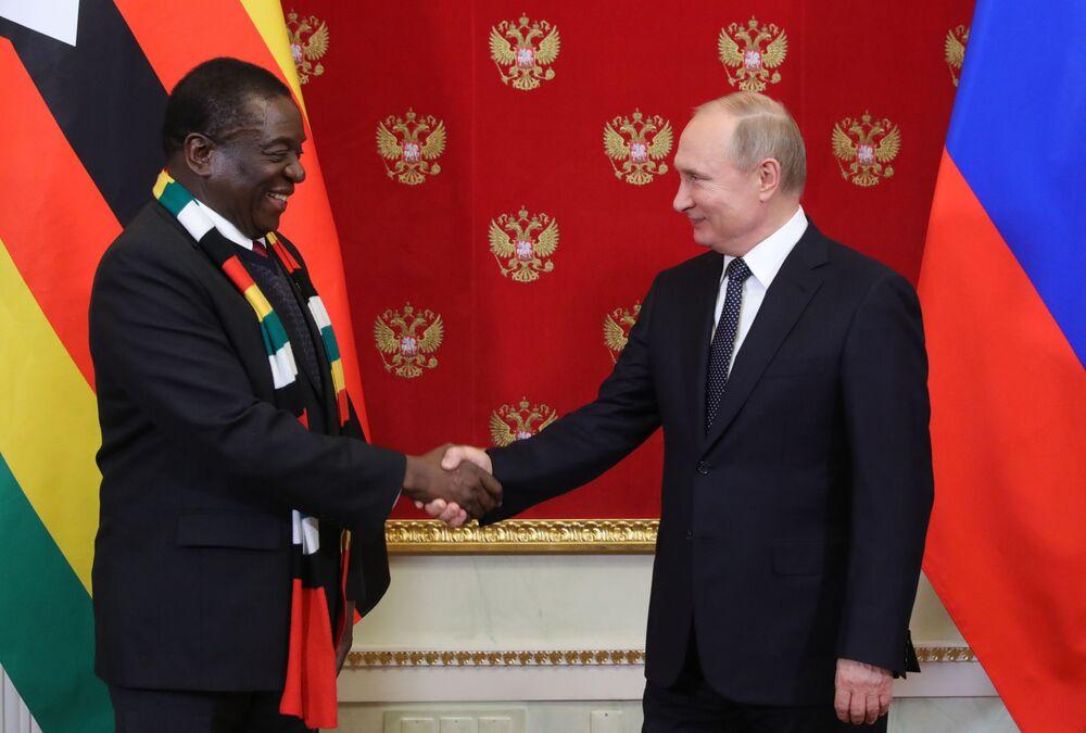 O presidente russo Vladimir Putin com o presidente zimbabuano Emmerson Mnangagwa durante a cerimônia de assinatura de documentos depois do encontro