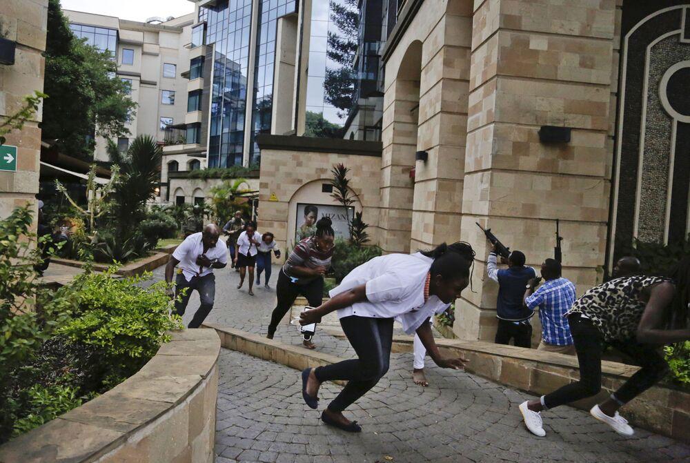 Pessoas correm durante o ataque terrorista no complexo hoteleiro em Nairóbi, Quênia, em 15 de janeiro de 2019