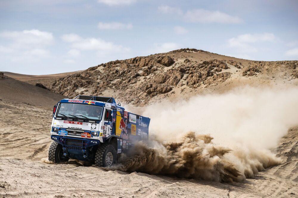 Tripulação da equipe russa Kamaz-master durante a terceira etapa do Rali Dakar 2019