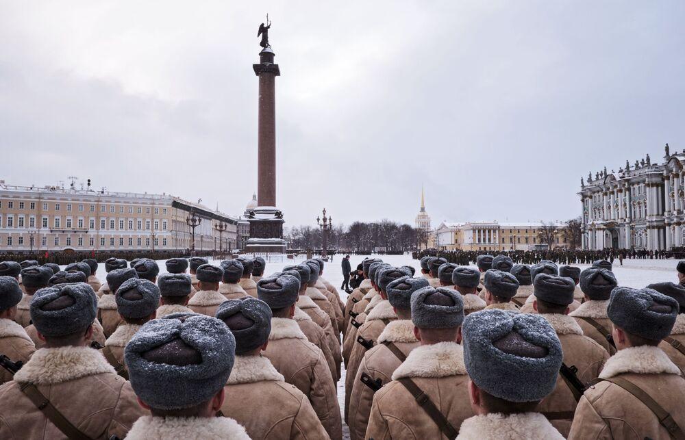 Participantes do ensaio do desfile militar em honra do 75º aniversário do fim do cerco de Leningrado na Praça do Palácio em São Petersburgo, Rússia