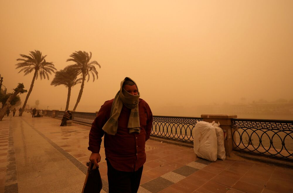Homem em rua do Cairo durante uma tempestade de areia, em 16 de janeiro de 2019