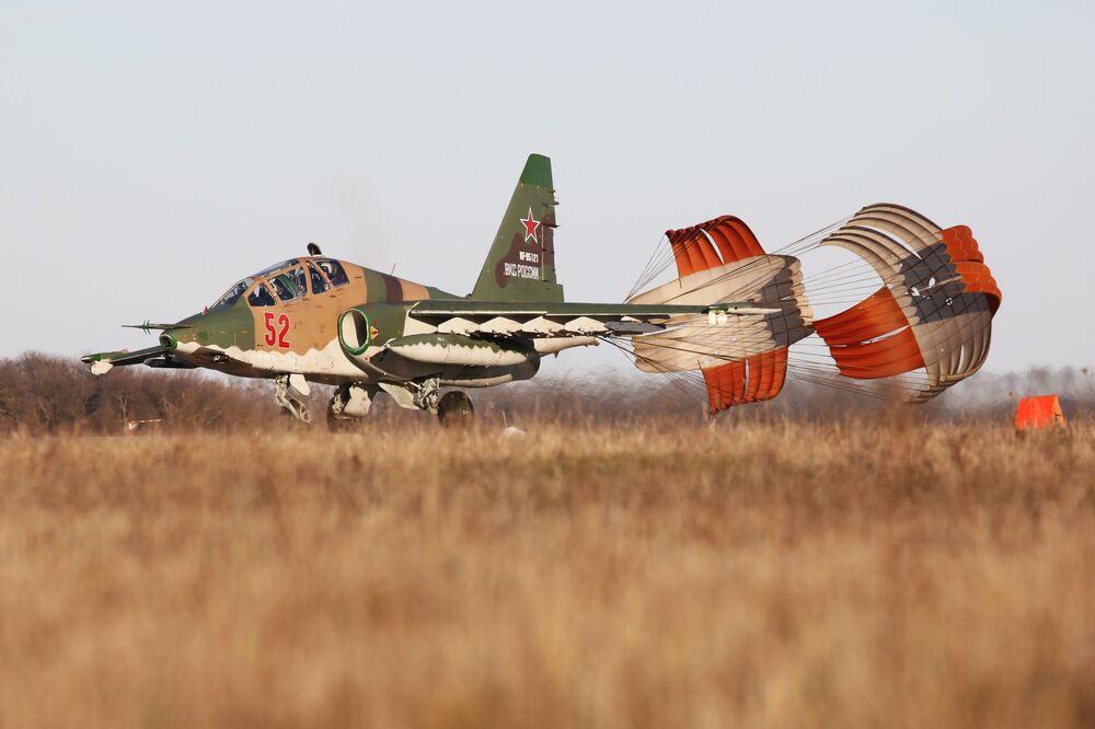 Aeronave russa de ataque Su-25SM3 durante o pouso, após os exercícios de voo no território russo de Krasnodar