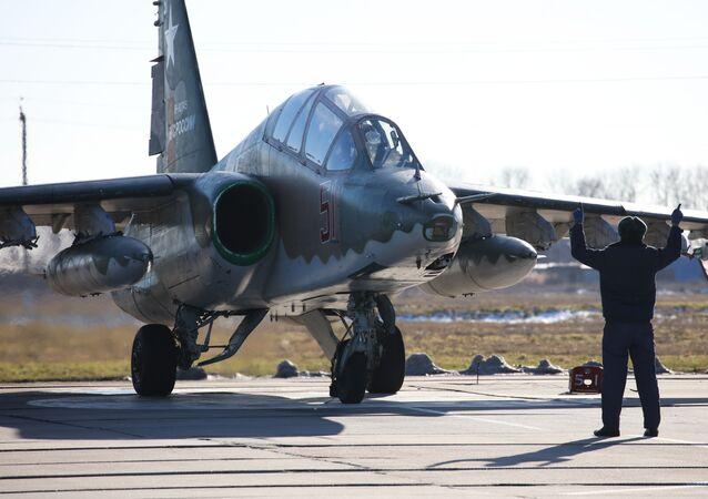 Piloto da aeronave russa de combate Su-25SM3, recebendo direções durante manobras de voo no território de Krasnodar, no sul da Rússia