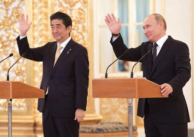 O presidente russo, Vladimir Putin, com o primeiro-ministro japonês, Shinzo Abe