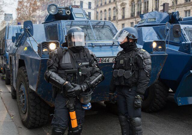 Polícia francesa durante protesto dos coletes amarelos em Paris.