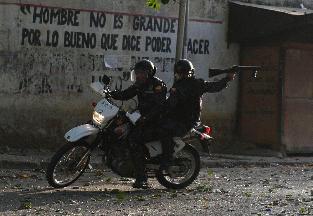 Forças especiais de segurança confrontando manifestantes antigovernamentais em Caracas, Venezuela