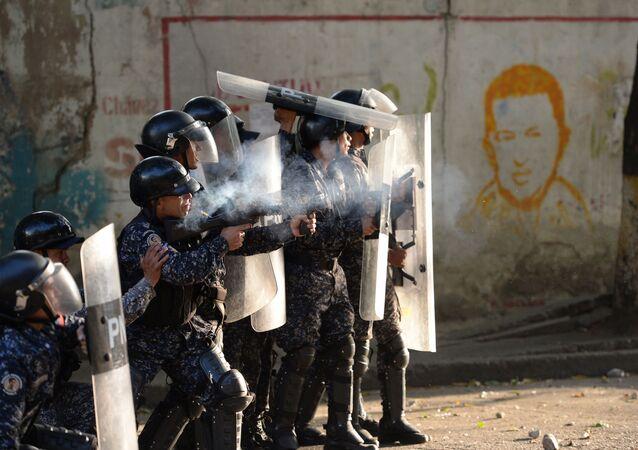 Policiais durante confronto com manifestantes antigovernamentais em Caracas, Venezuela