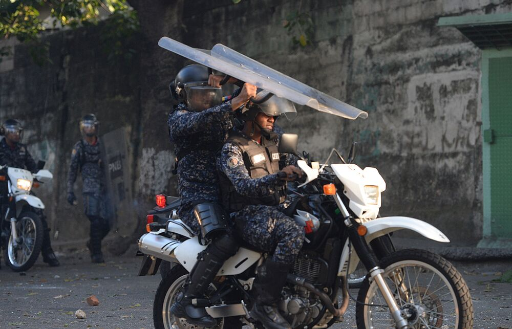 Polícia confrontam manifestantes antigovernamentais em Caracas, Venezuela