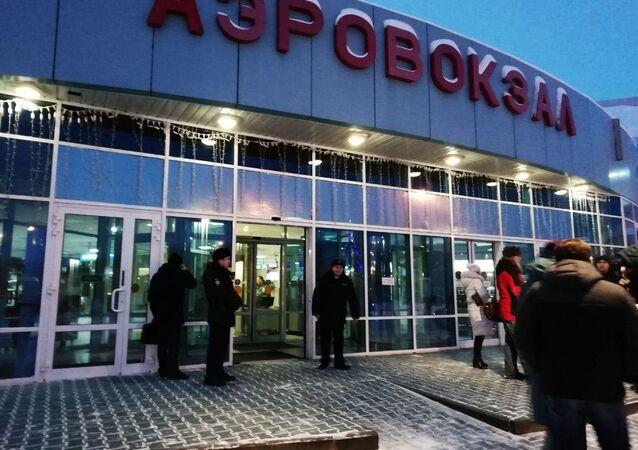 Entrada principal do aeroporto de Khanty-Mansiysk, onde em 22 de janeiro aterrissou o avião com um homem embriagado que estaria armado e que exigiu mudança de rota