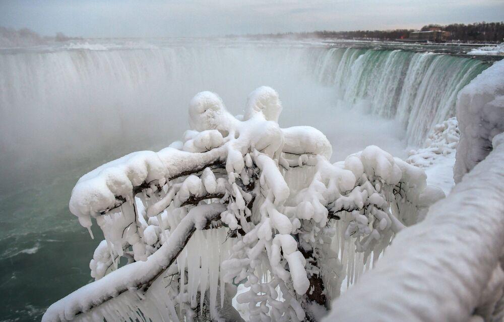 Visão das cataratas do Niágara congeladas no Canadá