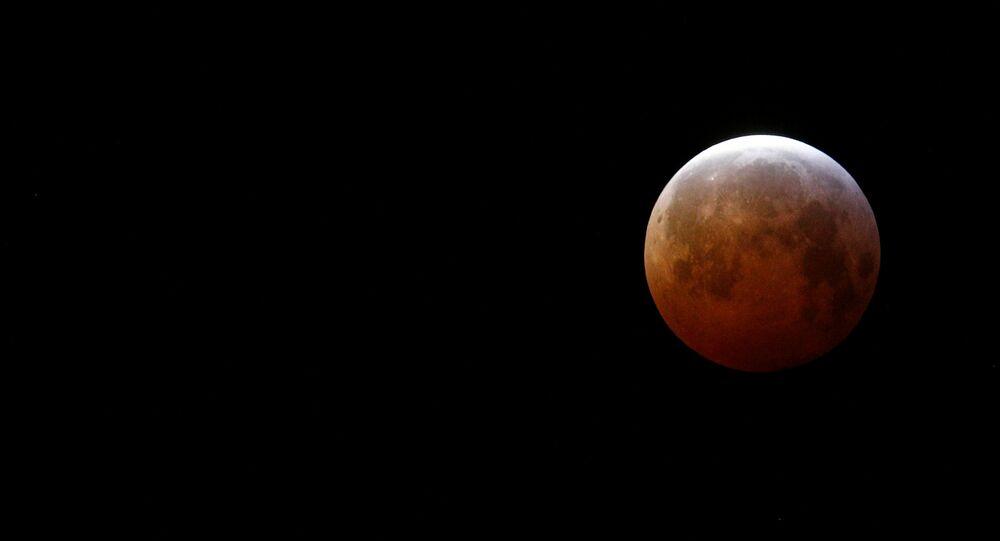 Superlua de sangue de lobo vista da França durante eclipse lunar