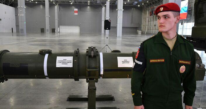 Militar passa perto do novo míssil 9М729 durante demonstração realizada perto da capital russa