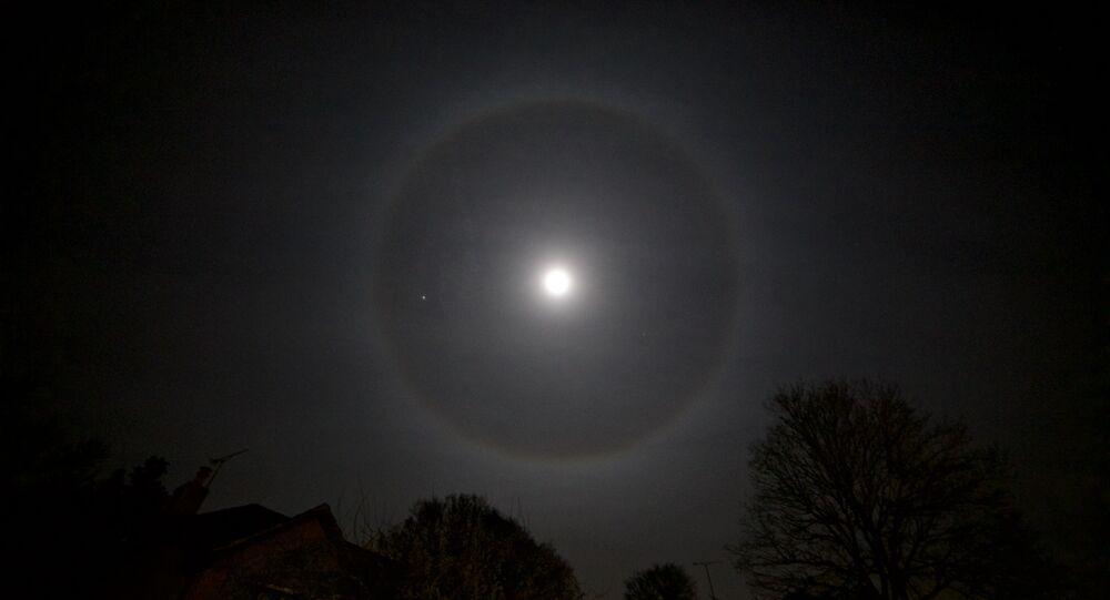 Halo lunar
