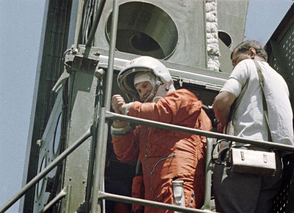 A primeira cosmonauta soviética e primeira mulher a viajar ao espaço, Valentina Tereshkova, antes do início do lançamento da espaçonave