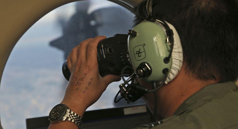 Oficial durante busca pelo avião do voo MH370, da companhia aérea Malaysia Airlines, no sul do oceano Índico, 22 de março de 2014 (imagem de arquivo)