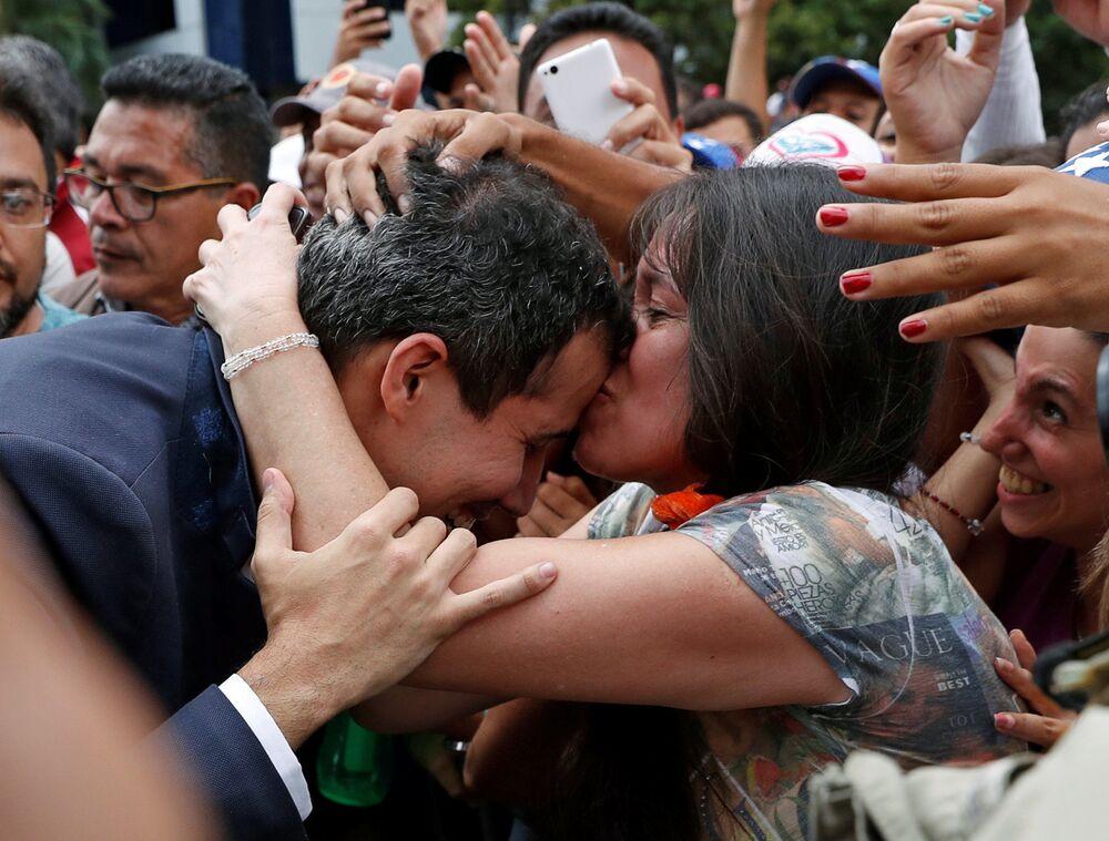 Presidente da Assembleia Nacional venezuelana, Juan Guaidó, com apoiadores