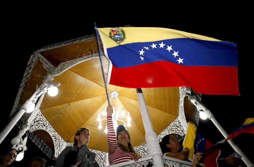 Venezuelanos contra o governo do presidente venezuelano, Nicolás Maduro, demonstram sua insatisfação em Guadalajara, México.