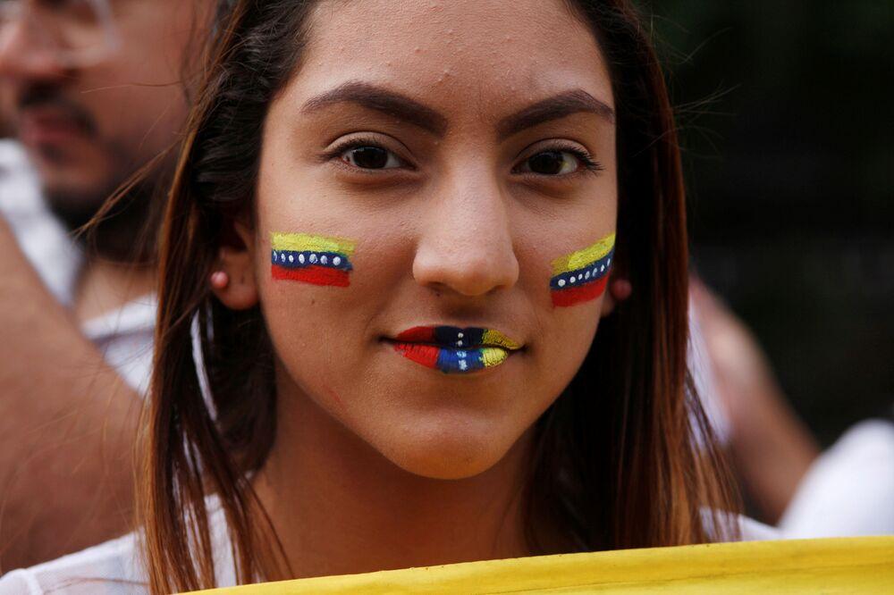Garota durante manifestação em apoio ao líder da oposição venezuelana, Juan Guaidó, em Buenos Aires