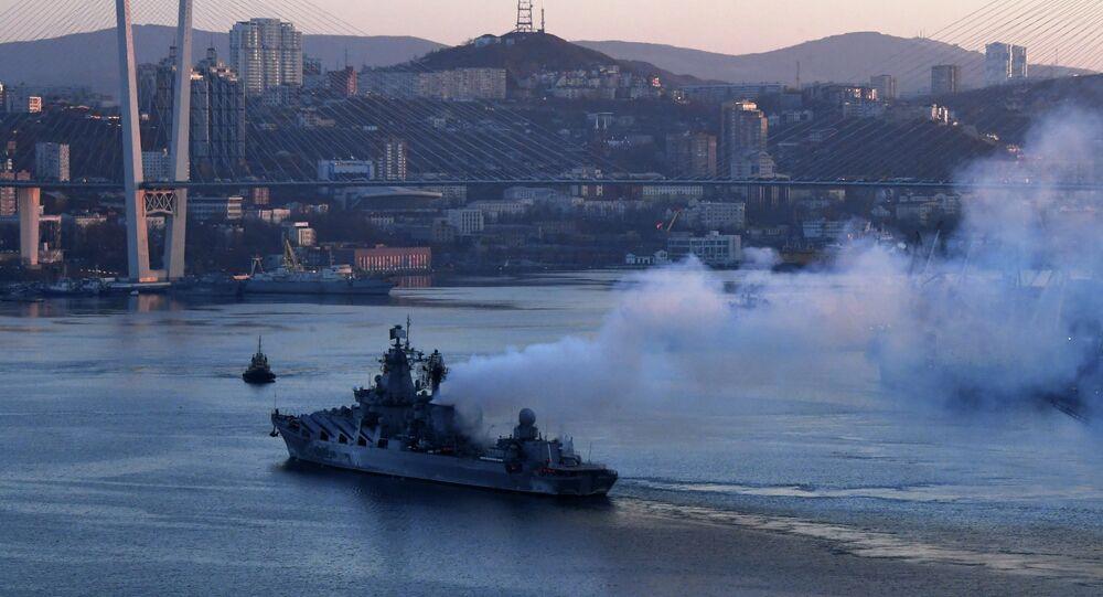 Cruzador de mísseis da Frota do Pacífico na baía de Vladivostok depois de seu regresso da longa viagem a países da região Ásia-Pacífico